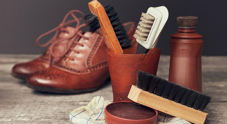 Lederpflegemittel auftragen